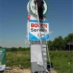 Werbepylon mit aufgesetzten Profil 1 Leuchtkästen Bosch Dekra