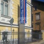 Werbepylon mit aufgesetzter Acrylhaube Sparda Bank Kempten